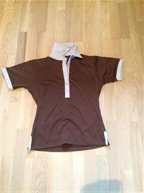Brun T-shirt med hvid krave