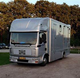 Praktisk hestelastbil til 4 heste med lille living